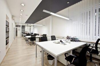 Leuchtstoffröhren für die Bürobeleuchtung.